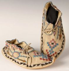 PAIR OF APACHE NATIVE AMERICAN BEADED MOCCASINS : Lot 60