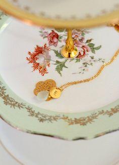 Collier TEMOIN mariage fleur ajourée, goutte de quartz et initiale