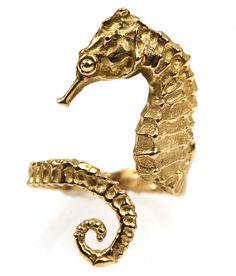 Anillo caballito de mar en oro de primera ley. Gold ring Seahorse by SierpeyBecerriljewel on Etsy, $700.00. Sierpe y Becerril joyeros artesanos. Spain