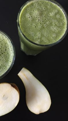 Anothet Green Smoothie with pear and oats.