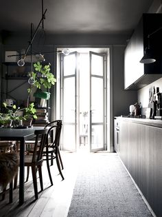 Dark kitchen in the home of Lotta Agaton Gray Interior, Kitchen Interior, Interior And Exterior, Interior Design, Interior Stylist, Apartment Kitchen, Gravity Home, House Md, Swedish House