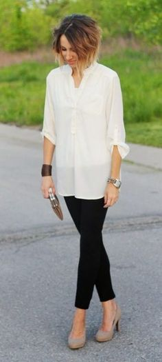 Ivory tunic blouse, black ponte pants, nude heels and clutch- Enjoy the entire casual look. Leggings At Work, How To Wear Leggings, Leggings Shoes, Fashion Mode, Work Fashion, College Fashion, Curvy Fashion, Fashion Black, Petite Fashion