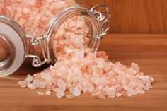 People who suffer from migraine headaches feel terrible pain which affects the overall mood and may take a day or more. Try this - the best migraine remedy! Himalayan Salt Benefits, Pink Himalayan Sea Salt, Healthy Salt, Healthy Food, Natural Headache Remedies, Migraine Remedy, Migraine Triggers, Chronic Migraines, Vegan Recipes