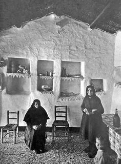 """Donne in cucina, da notare le """"mensole"""" scavate nella parete, dette: """" saccaio' """",quando i mobili non c'erano..@Sardinia"""