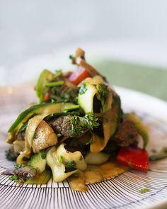 kesäkurpitsawokki Chili, Meat, Chicken, Food, Red Peppers, Chilis, Meals, Yemek, Buffalo Chicken