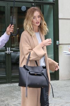 Rosie Huntington-Whiteley wraps up in oversized camel cardigan She's well-known for her love of fashion and supermodel Rosie Huntington-Whiteley pulled out the stops once again on Sunday when she headed out in New York. Rosie Huntington Hair, Rosie Huntington Whiteley Haircut, Rose Huntington, White Highlights, Mantel, Fashion Outfits, Womens Fashion, Stylish Outfits, Grunge Hair