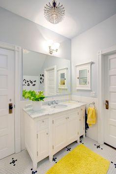 une petite salle de bains blanche aux accents jaunes