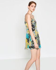 Imatge 2 de VESTIT AMB VOLANTS DE PATCHWORK ESTAMPAT de Zara