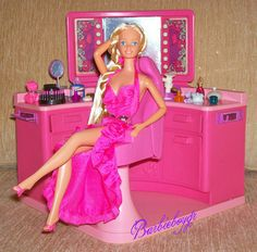 Twirly Curls Barbie in the Barbie Beauty Salon. I totally had Twirly Curls Barbie. Her dress was my favorite Barbie dress for ages. Barbie 80s, Barbie Vintage, Barbie World, Barbie Dress, Barbie And Ken, Vintage Dolls, My Childhood Memories, Childhood Toys, Sweet Memories