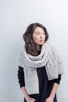Вязаный спицам объемный шарф Byway с гернсийскими узорами от дизайнера Jared Flood