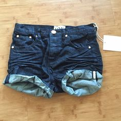 One Teaspoon Charger Shorts Runs a couple sizes up like most One Teaspoon (26).  Button closure and relaxed fit.  Not meant to be super short like the Bandits. One Teaspoon Shorts Jean Shorts