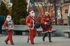 Santas helpers #streetphotography #street #santa #christmasspirit #photographer #craiova #romaniaascunsa #ig_romania #worldphotoorg #worlpressphoto #gramslayers #moodygrams #ig_europe #romania #craciun