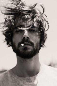 """Augustus zat altijd met een sigaret tussen zijn tanden. Het is een metafoor. """"je stop het dodelijke ding tussen je tanden, maar je geeft het nooit de kracht om je te doden""""."""