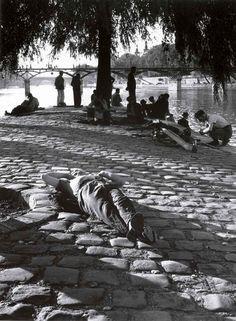 """París, retrato de una ciudad' captura también la cotidianeidad de sus habitantes, como esta estampa de relax a las orillas del Sena de mediados del siglo XX. """"Nací aquí. En París están mis raíces. Mi universo"""", explicaba recientemente Gautrand, editor del libro, al New York Times"""