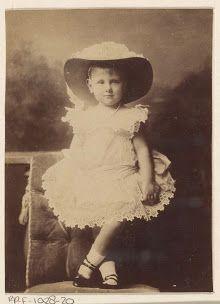 Portret van Koningin Wilhelmina in Friese klederdracht en prins Hendrik in marine uniform, Idanus Hendrikus Slaterus, 1901 - 1905. - Rijksmuseum, Amsterdam
