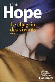 PREMIER ROMAN : Le Chagrin des vivants, par Anne Hope. Gallimard, janvier 2016. Du monde entier.