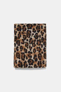 4190166a857 Tendance Mode   Comment bien porter la tendance foulard en 15 looks.  Imprimés AnimaliersZara FemmeFoulardMode ...