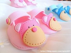 Deborah Hwang Cakes: How to make fondant baby shoes tutorial Baby Cakes, Baby Shower Cakes, Cake Decorating Techniques, Cake Decorating Tutorials, Cookie Decorating, Fondant Toppers, Fondant Cakes, Fondant Bow, 3d Cakes