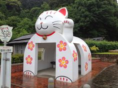 Possibly the cutest bus stop in the world! Meow!!