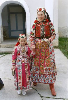 Portrait of a woman and child wearing traditional clothes, Inaktelke, Romania Ethnic Outfits, Ethnic Dress, Traditional Fashion, Traditional Dresses, Costumes Around The World, Folk Clothing, Hungarian Embroidery, Folk Dance, Folk Costume
