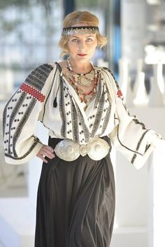 Popular Folk Embroidery The extraordinary romanian blouse Folk Fashion, Ethnic Fashion, Womens Fashion, Folk Embroidery, Embroidery Designs, Folk Costume, Traditional Dresses, Boho Chic, Bohemian Style