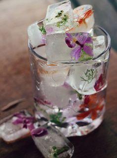 Ghiaccio con i fiori... Molto originale! Floral ice cubes. A chic addition to any wedding reception bar | via awb