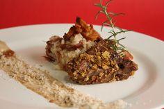 carré de cordeiro na crosta de maracujá, acompanhado de arroz cremoso de carreteiro e crocante de castanhas