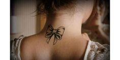 tatuagem de laço no pescoço