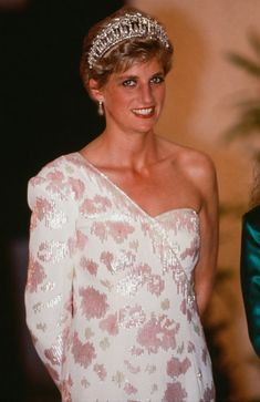April, Prince Charles & Princess Diana attend a banquet at the Itamaraty Palace during a State visit given by President Fernando Collor & First Lady of Brazil, Rosane Collor. Princess Diana Tiara, Princess Diana Dresses, Princess Diana Pictures, Princess Kate, Princess Of Wales, Princesa Diana, Diana Fashion, Royal Fashion, Fernando Collor