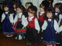 dolls dressed in norwegian bunader