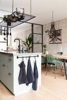Cuisines esprit industriel, étagères métal suspendues   Industrial style Kitchen  VV3