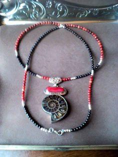 Fósil de Caracol, con Engarce en Plata y Coral Rojo, cadena de Mostacillas de Coral rojo, granate y plata.