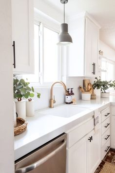 White small kitchen with black cabinet hardware, white quartz countertop and gold faucet. White small kitchen with black cabinet hardware, white quartz countertop and gold faucet. Home Decor Kitchen, New Kitchen, Home Kitchens, Kitchen Dining, 10x10 Kitchen, Cheap Kitchen, Kitchen Hacks, Kitchen Ideas Simple, Small House Kitchen Ideas
