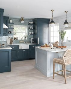 3 Blindsiding Tips: Small Kitchen Remodel Vintage kitchen remodel rustic easy diy.U Shaped Kitchen Remodel Light Fixtures kitchen remodel design stove.Kitchen Remodel Before And After Country. Blue Kitchen Designs, Kitchen Colors, Interior Design Kitchen, Kitchen Layout, Two Tone Kitchen Cabinets, Blue Cabinets, Kitchen Walls, Room Kitchen, Kitchen Island Against Wall