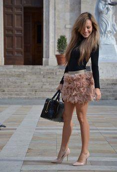 Feather skirt: Stradivarius. Shoes: Zara. Bag: Prada. Top: Intimissimi