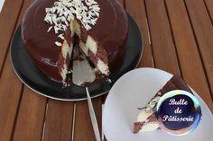 Recette du gâteau damier choco-amandes, avec 2 génoises chocolat et amande, et une ganache chocolat blanc-amandes, ainsi qu'un glaçage au chocolat noir.