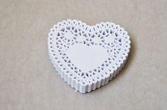 50 Centrini di Carta bianca a forma di cuore / White Heart Paper Doilies Set of 50. €6,00, via Etsy.