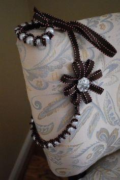 Még van idő többféle változatban is elkészíteni karácsonyi ajándéknak ezt a mutatós nyakéket. Korábban már mutattam egy hasonló nyakláncot , ezen viszont még van egy virágdísz is....