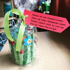 """""""Unser"""" Muttertagsgeschenk, gestaltet im WG-Unterricht (nicht bei mir, WG kann ich nicht ), ist ein Teelichtglas, beklebt mit Transparentpapier, Stanzblumen und kleinen Marienkäfern. Dran hängt der kleine Spruch, den wir auch grad zusammen lernen. Heute haben wir dann auch ausführlich über Mamagie gesprochen Die Kinder wussten sofort, was es ist und haben fleißig erzählt und Beispiele gesammelt. ❤️ #lehreralltag #lehrerleben #grundschule #grundschulblog #grundschulleben #grundschulliebe #fra"""