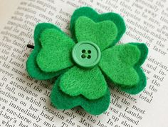 DIY craft idea shamrock made of felt & button Sweet gift idea for the same . - DIY craft idea shamrock made of felt & button Sweet gift idea to make yourself: Make a luc - St Patrick's Day Crafts, Crafts To Make, Holiday Crafts, Crafts For Kids, Arts And Crafts, Diy Crafts, Holiday Ideas, Recycled Crafts, Creative Crafts