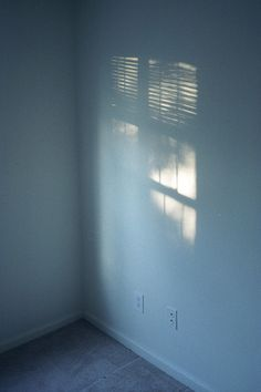 Licht dringt nur durch Jalousien durch. Diffuses Licht.