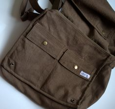 Messenger bag for guys. No tutorial, but lots of description, could use to adapt other pattern.