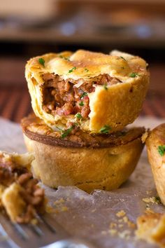 These Easy Mince Pies consists of a mouthwatering savory mince and potato filling, with garlic, chilli and herbs, topped with flaky pastry. Easy Mince Pies, Savoury Mince, Mince Meat, Savoury Tarts, Mince Pie Filling, Mince Pies Recipe, Party Pies Recipe, Easy Meat Pie Recipe, Gourmet