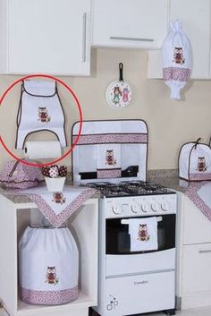 Corujinha – porta papel toalha Owl – paper towel door embrasse, fermatenda, squares of crochet and iZero Waste Unpaper Towels Sewing Hacks, Sewing Crafts, Diy Crafts, Kitchen Curtains, Kitchen Towels, Hanging Storage Pockets, Appliance Covers, Clothespin Bag, Sewing Projects For Beginners