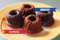 Mini-Gugl à la Snickers und Nutella | Snickers-Gugl Für 18 Mini-Gugl 35g Butter 35g Puderzucker 60g Mehl 1 Prise Salz 1 Ei 3EL Kakaopulver 1EL Erdnussbutter 45ml Milch 1 Snickers (57g)
