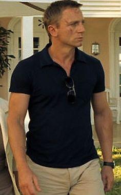 When you're in shape you'll make a polo shirt look that much bett Daniel Craig James Bond, Daniel Craig Style, James Bond Outfits, Estilo James Bond, James Bond Style, Rachel Weisz, Stylish Men, Men Casual, Polo Shirt Outfits