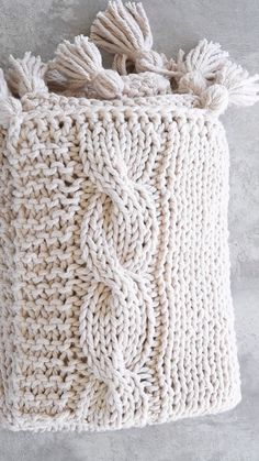diy manta – Awesome Knitting Ideas and Newest Knitting Models Knitting Videos, Knitting Stitches, Knitting Projects, Crochet Projects, Crochet Videos, Crochet Blanket Patterns, Knitting Patterns Free, Diy Manta, Cable Knit Blankets