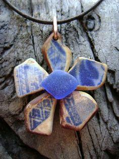 piccoli pezzi di ceramica restituiti dal mare e fiori - POTTERY AND SEAGLASS
