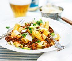 Enkelt och mättande recept på tortiglioni med aubergine, vitlök, nötfärs, salladslök och bladpersilja. Denna förträffliga pastarätt är snabblagad, smakar gott och passar alla i familjen!