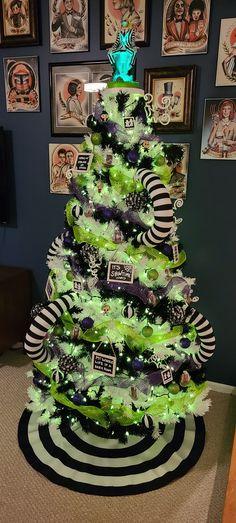 Halloween Christmas Tree, Nightmare Before Christmas Decorations, Fete Halloween, Dark Christmas, Halloween Home Decor, Christmas Tree Themes, Holiday Tree, Diy Halloween Decorations, Holidays Halloween